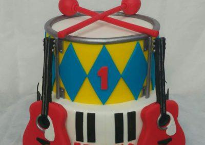 עוגת תופים וגיטרה מצעצוע
