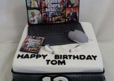 עוגת מחשב נייד עם משחק GTA