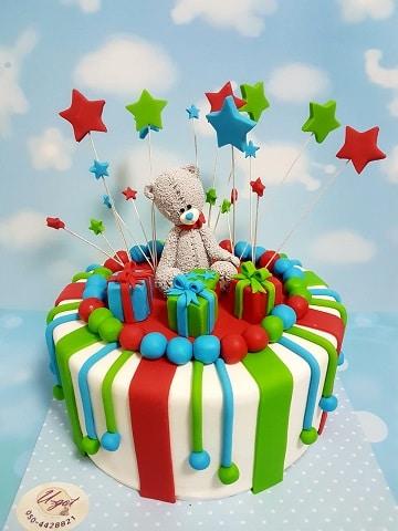 עוגת דובי עם מתנות וכוכבים