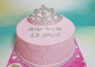 עוגה ורודה וכתר כסף