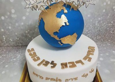 עוגת כדור הארץ ועליו כוכבים עם שמות ילדי הגן