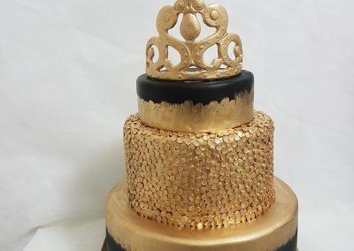 עוגת קומות עם כתר מזהב
