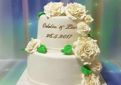 עוגת חתונה עם וורדים גדולים