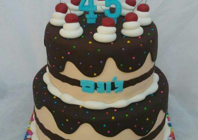 עוגה קומות מתוקה עם דובדבנים