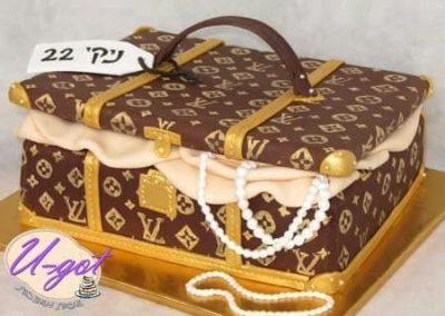 עוגת מזוודה של לואי ויטון עם פנינים