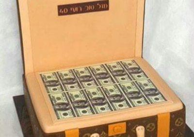 עוגת מזוודה עם דולרים של לואי ויטון