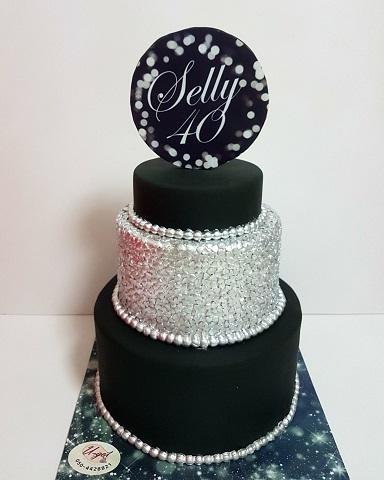 עוגת לוגו בכסף ושחור