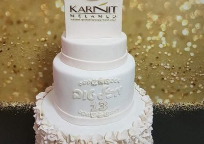 עוגה עם שקית עם קרמים