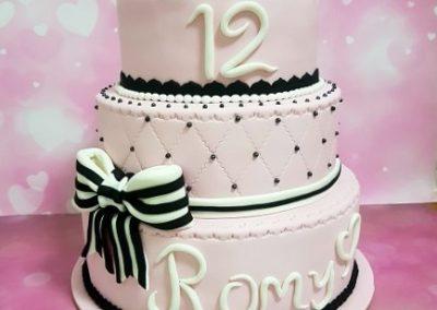 עוגת בת מצווה 12 עם סרט שחור לבן