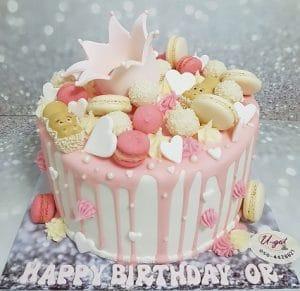 עוגה עם שוקולדים וכתר קטן